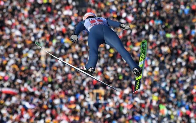Karl Geiger springt in Garmisch-Partenkirchen auf Platz zwei.