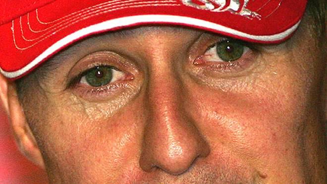 Bei der Pressekonferenz zum Rennen gibt es nur ein Thema: der Rücktritt. Schumacher hat größte Mühe, seine Tränen zurückzuhalten