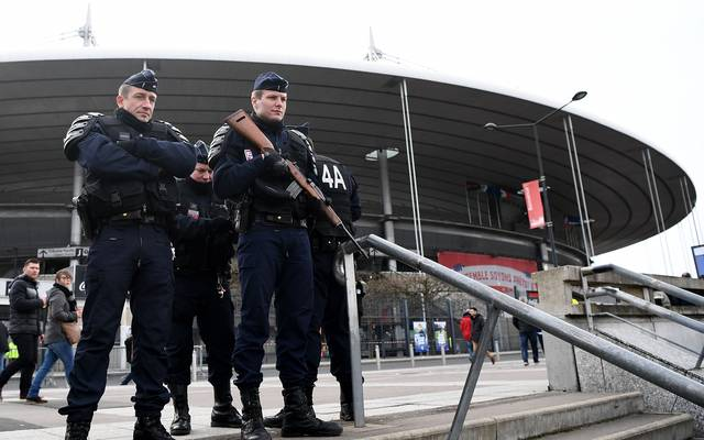 Polizisten vor dem Stade de France in Paris