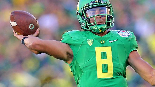 Marcus Mariota-Oregon Ducks-Wurf