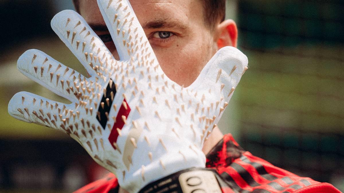 Manuel Neuer mit seinen Handschuhen zum 100. Länderspiel
