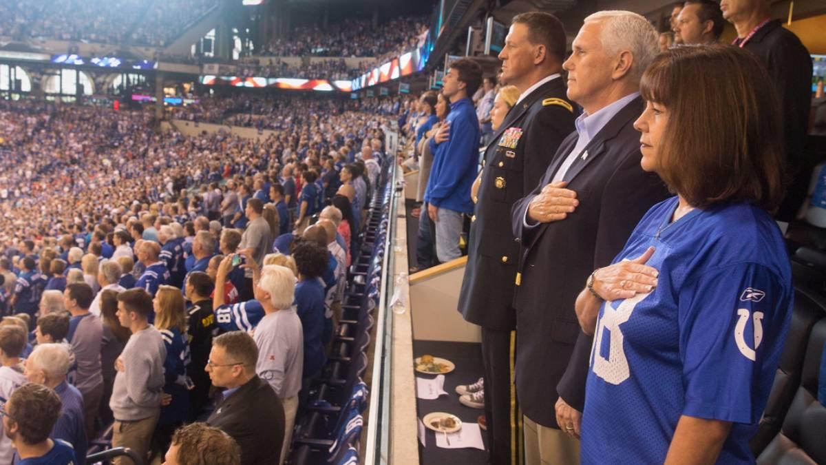 US-Vizepräsident Mike Pence stand bei der Nationalhymne auf
