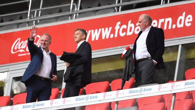 Herbert Hainer (m.) ist seit November 2019 Präsident des FC Bayern