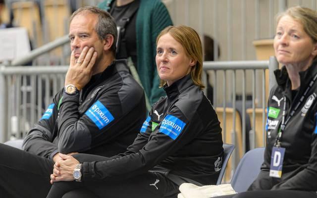 Trainer Henk Groener (l.), hier mit Co-Trainerin Debbie Klijn, wird beim EM-Auftakt nicht mit dabei sein