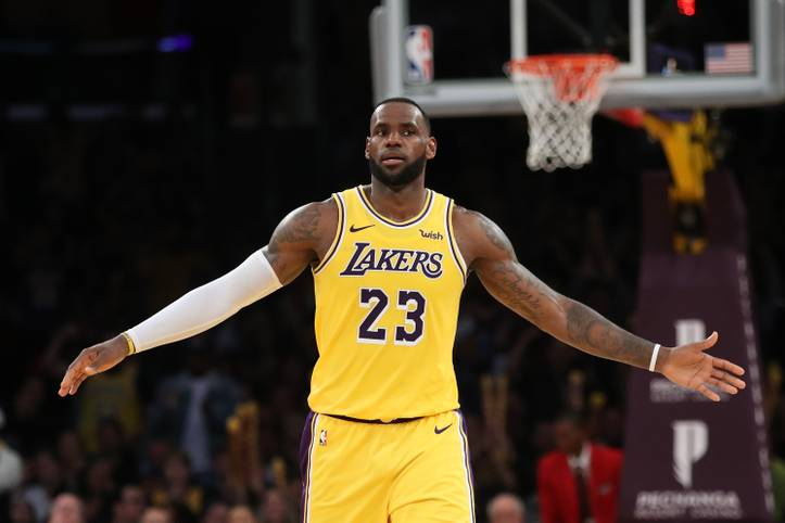 LeBron James schaut sich aktuell die NBA-Playoffs im Fernsehen an, denn der Superstar hat mit den Los Angeles Lakers die Meisterrunde klar verpasst. Wie geht es für den 34-Jährigen nun weiter? Sein Kontrakt in der Stadt der Engel läuft noch bis 2022