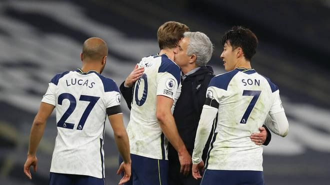 José Mourinho gratuliert seinen Spielern nach dem Sieg gegen Manchester City