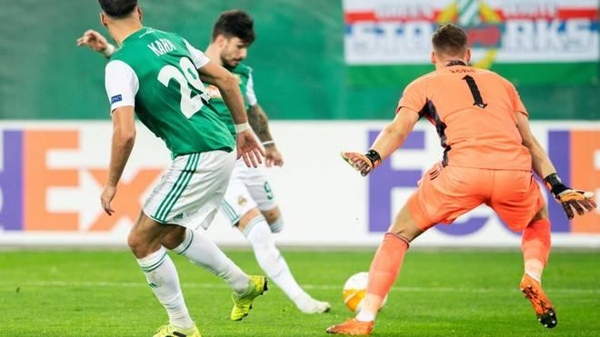 Bernd Leno (r.) sah bei der Führung für Rapid Wien nicht gut aus