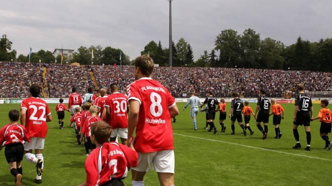 Die Spieler des FC Augsburg und Jahn Regensburg laufen am 4. Juni 2005 in das ausverkaufte Rosenaustadion ein