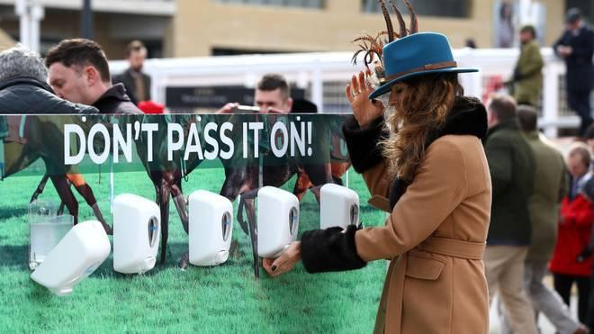 Das Coronavirus hat auch die Sportwelt - wie hier beim Cheltenham Festival der Reiter - fest im Griff