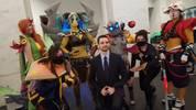Cosplayer umzingeln einen Experten beim Dota-2-Turnier Frankfurt Major