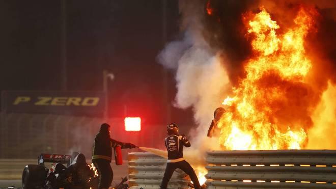 Romain Grosjean klettert aus seinem brennenden Auto