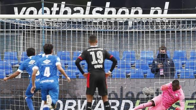 Yvon Mvogo hält einen Elfmeter gegen Zwolle