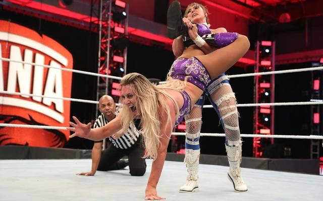 Rhea Ripley (r.) traf bei WWE WrestleMania 36 auf Charlotte Flair