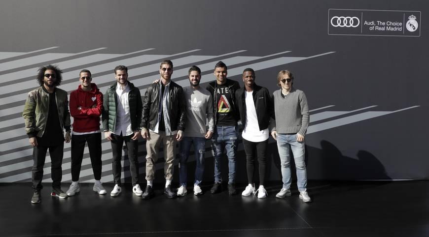 Kapitän Sergio Ramos (4.v.l.) und seine Kollegen von Real Madrid haben von Audi neue Dienstwagen erhalten. SPORT1 zeigt, welche Autos sich die Profis der Königlichen ausgesucht haben