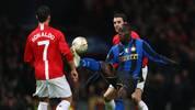 Mario Balotelli (r.) im Duell mit Cristiano Ronaldo