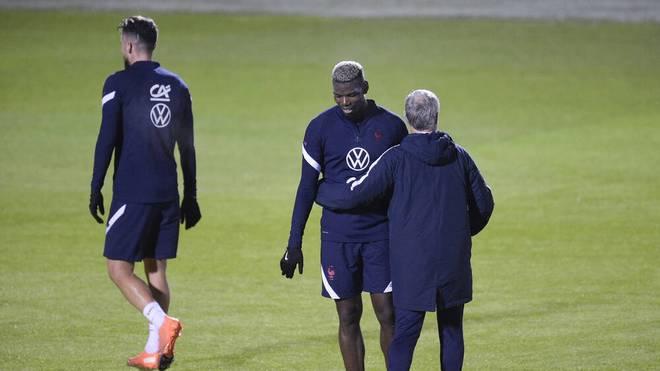 Didier Deschamps (r.) kümmert sich intensiv um Paul Pogba