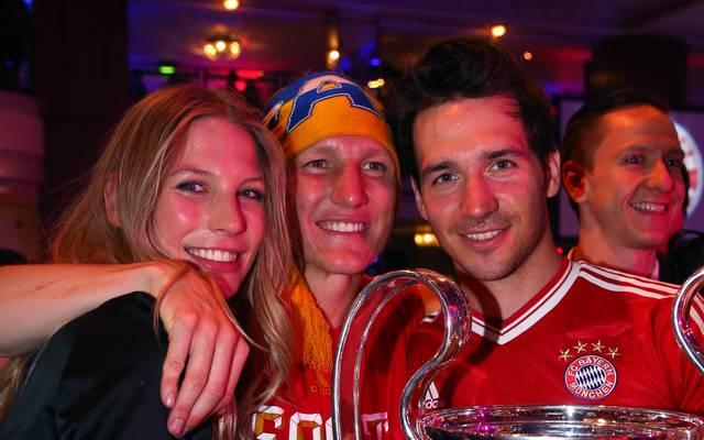 Felix Neureuther (r.) feierte 2013 zusammen mit Bastian Schweinsteiger das Triple (links Schweinsteigers damalige Freundin Sarah Brandner)