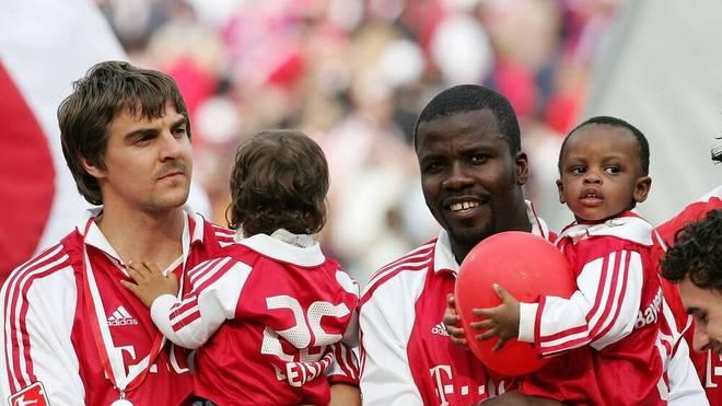 Sebastian Deisler (li.) mit Sohn Rafael und Samuel Osei Kuffour (beide Bayern) mit Sohn Samuel Jr. freuen sich über den Gewinn der Deutschen Meisterschaft 2004/2005