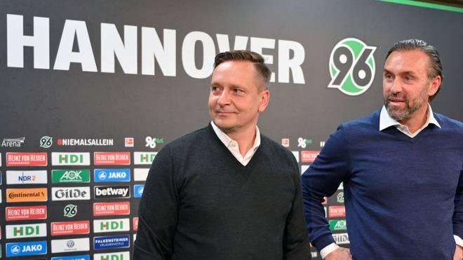 Hannover 96: Thomas Doll trauert Manager Horst Heldt nach- Ex-Manager Horst Heldt (links) zusammen mit Trainer Thomas Doll