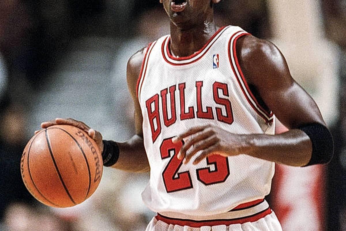 Für die Rekordsumme von umgerechnet 1,26 Millionen Euro sind ein paar alte Basketball-Stiefel der Sport-Ikone Michael Jordan versteigert worden.