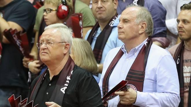 Uli Hoeneß (r.) ist bei den meisten Heimspielen der Bayern-Basketballer vor Ort