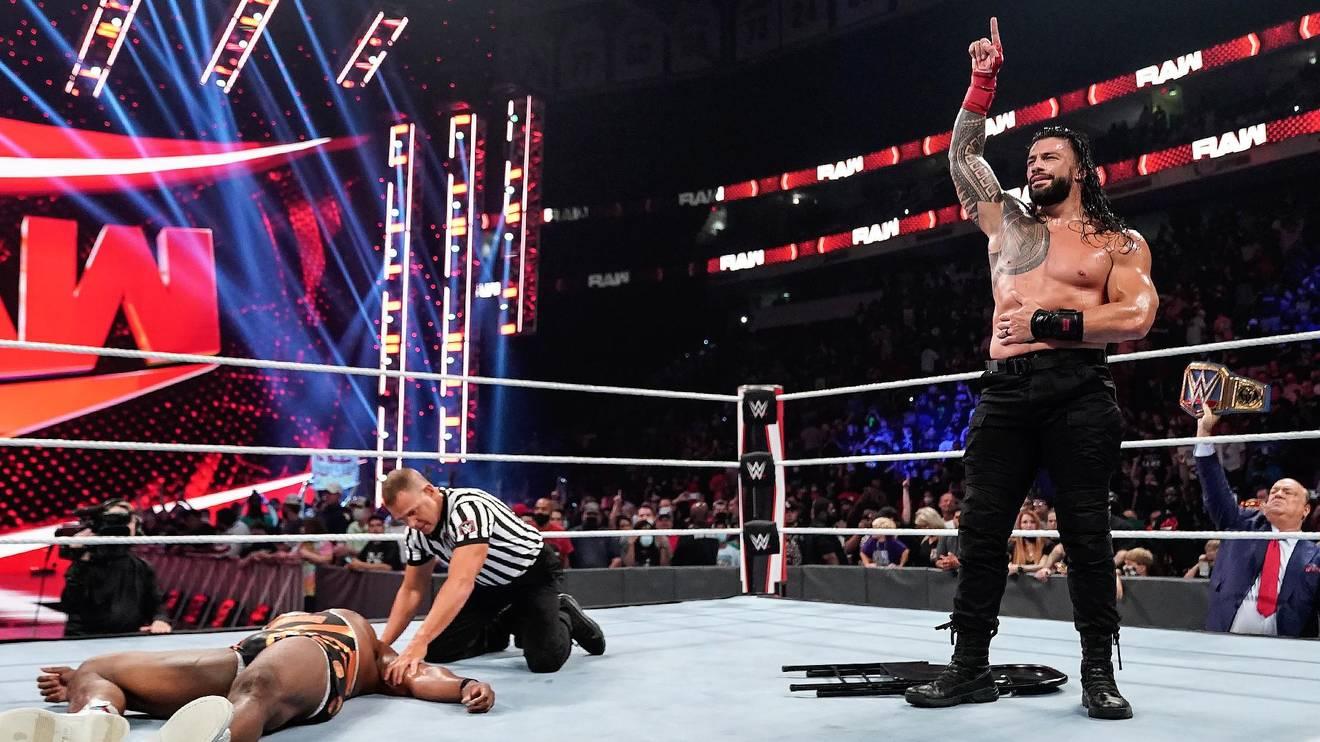 WWE Universal Champion Roman Reings (r.) zelebriert seinen Sieg bei WWE Raw