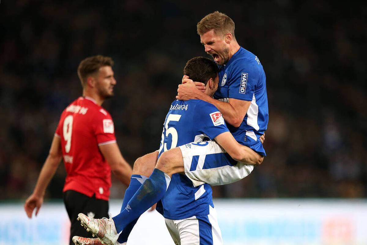 Dem FC Schalke gelingt im Aufstiegsrennen bei Hannover ein später Lucky Punch. Die Konkurrenten spielen für die Knappen.