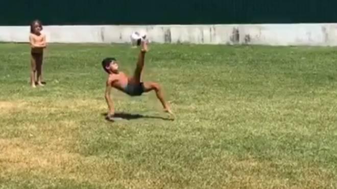 Ganz der Vati: Cristiano Ronaldos Sohn trifft akrobatisch