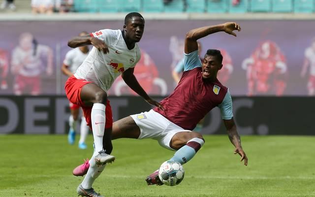 Ibrahima Konate (l.) musste sich mit RB Leipzig dem Premier-League-Klub Aston Villa beugen