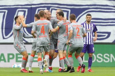 Dank eines souveränen Erfolgs bei Schlusslicht Erzgebirge Aue grüßt der SC Paderborn nun von der Tabellenspitze. Darmstadt gewinnt zuhause nach langer Unterzahl.