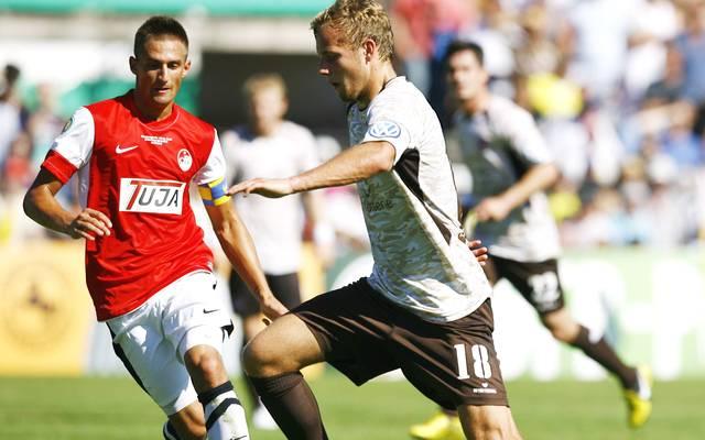 Adrian Vollmer (l.) spielte 2012 mit dem Offenburger FV im DFB-Pokal gegen den FC St. Pauli