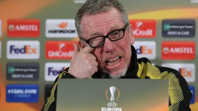 BVB-Coach Peter Stöger nimmt die Spekulationen um seine Zukunft mit Humor