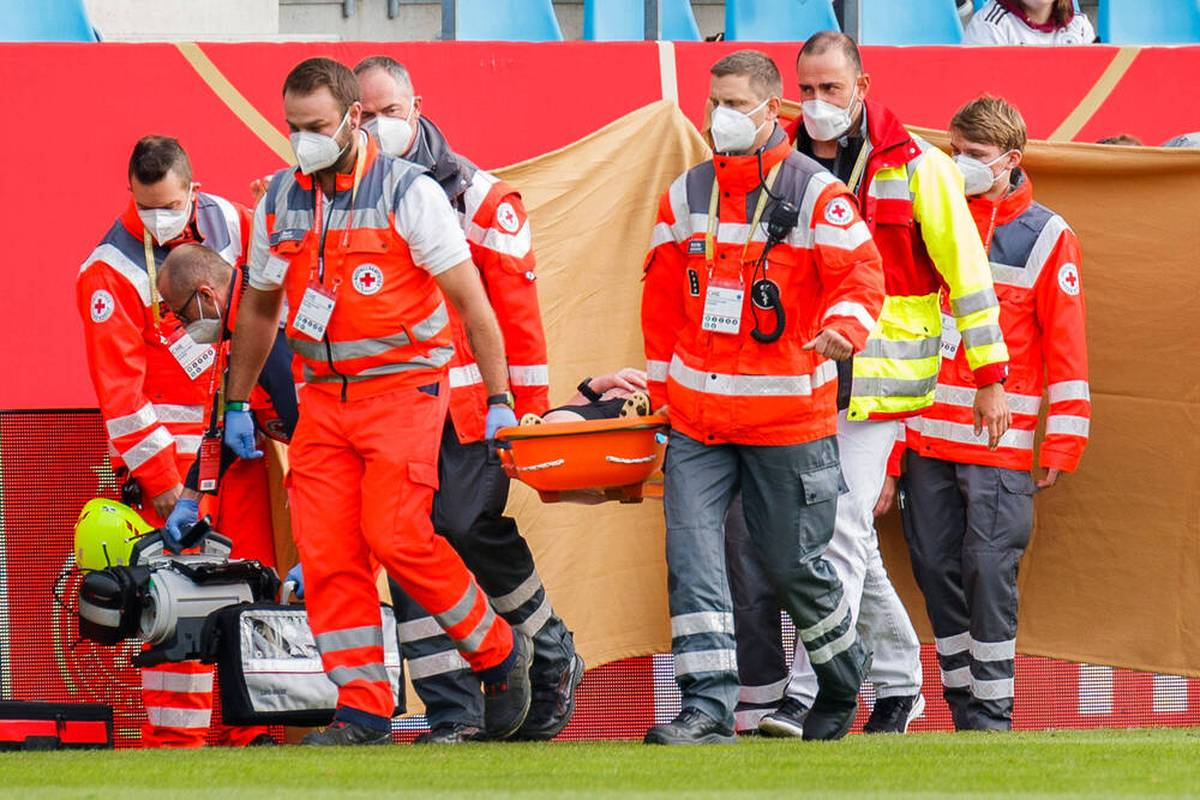 Das WM-Qualifikationsspiel Deutschland - Serbien muss unterbrochen werden. Eine Linienrichterin wird wegen gesundheitlicher Probleme vom Platz getragen und ins Krankenhaus gebracht.