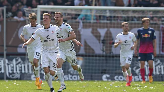 Lennart Thy (3.v.l.) schießt den FC St. Pauli zum Sieg