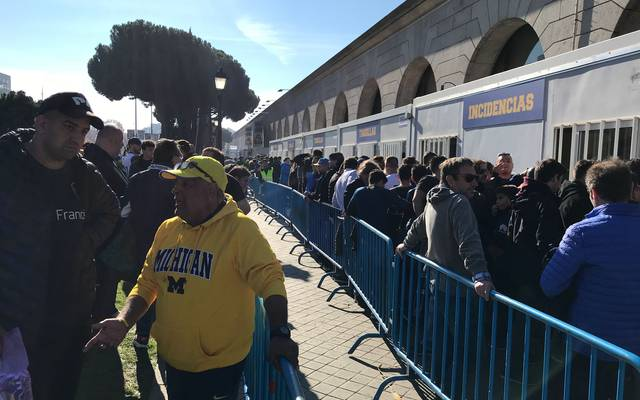 Boca-Fans holen in der Fanzone ihre Tickets ab