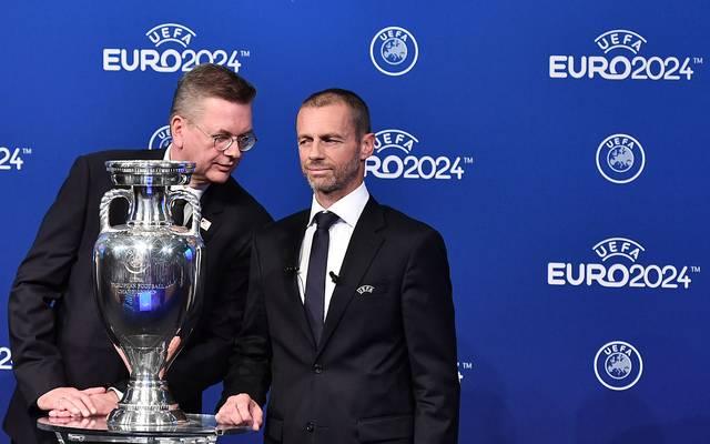 DFB-Präsident Reinhard Grindel (l.) mit UEFA-Boss Aleksander Ceferin bei der Vergabe der EM 2024