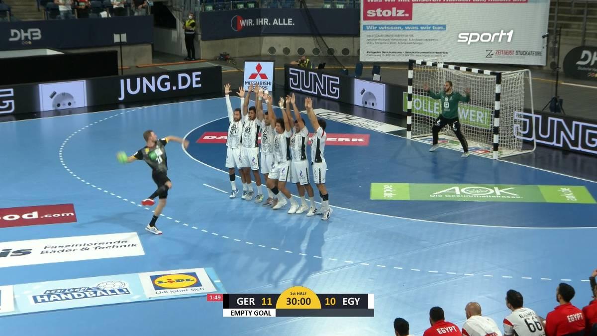 Die deutschen Handball testen vor den olympischen Spielen gegen Ägypten. Mit der Pausensirene gibt es einen letzten Freiwurf - den Philipp Weber verwandelt.