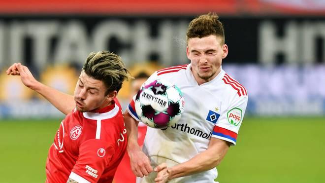 Der Hamburger SV (weiß) und Fortuna Düsseldorf bleiben in der Spitzengruppe der 2. Bundesliga