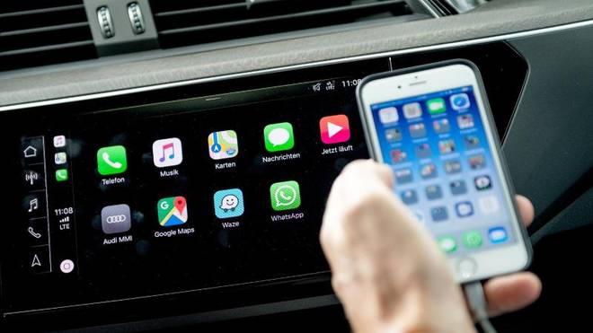 Durch Systeme wie Apple CarPlay, Android Auto oder MirrorLink gelangen viele Funktionen des Smartphones bequem ins Auto.