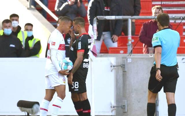 Karim Bellarabi packt seinen Gegenspieler bei der Nase