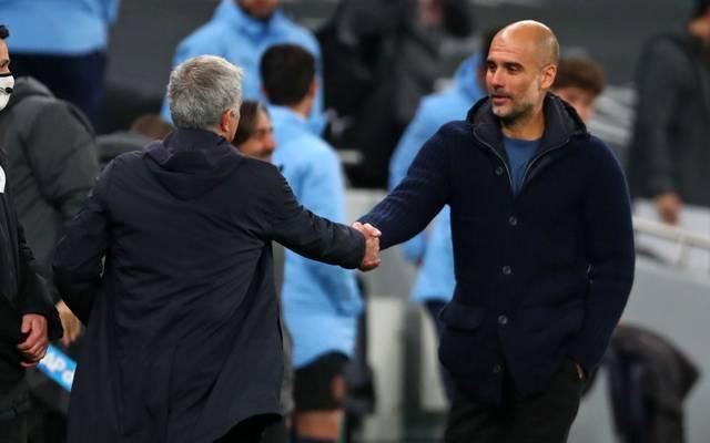 José Mourinho (L) gibt Pep Guardiola die Hand