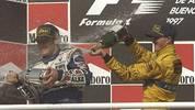 Die Formel1-Karriere beginnt für Ralf Schumacher verheißungsvoll. Schon in seinem dritten Rennen rast er als 21-Jähriger beim GP von Argentinien im Jordan-Peugeot aufs Podest (l. Sieger Jacques Villeneuve)