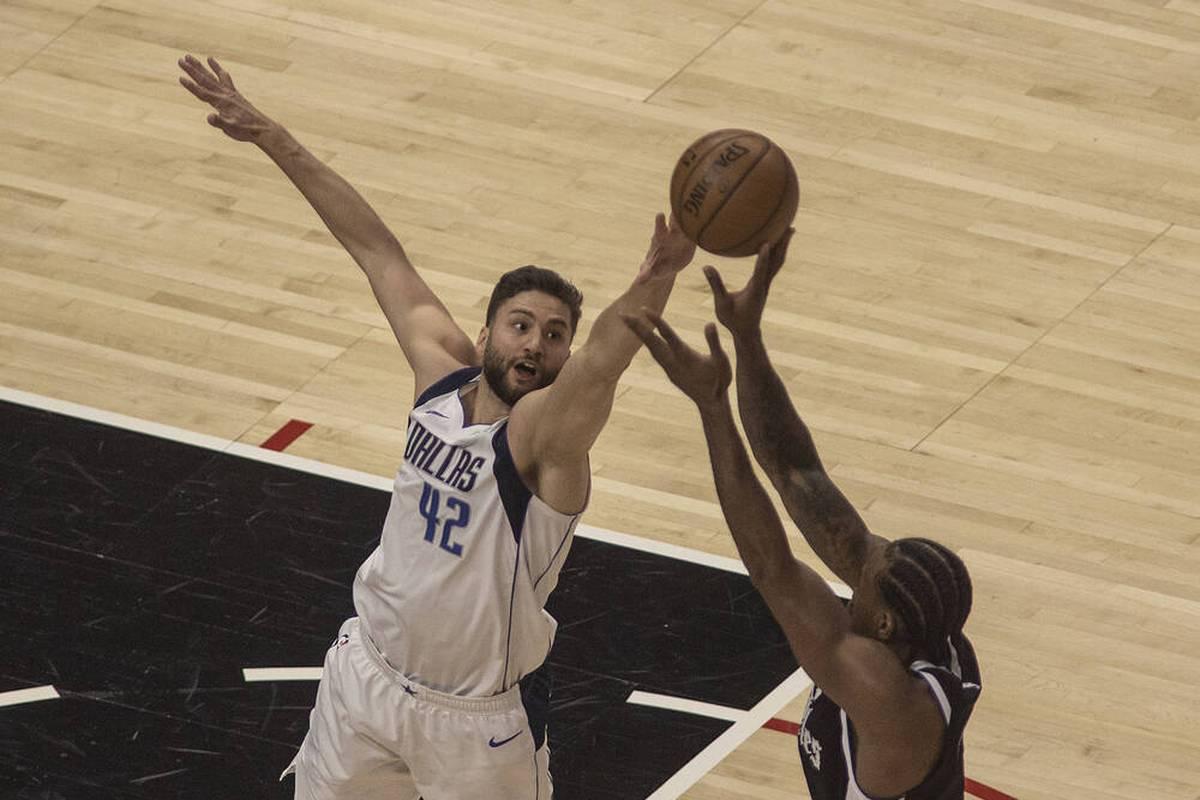 Im NBA-Duell der deutschen Basketball-Nationalspieler hat sich Maximilian Kleber mit den Dallas Mavericks gegen Daniel Theis durchgesetzt.