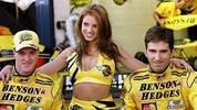 Auch neben der Strecke sorgt er schon bei seiner ersten Formel-1-Station für Schlagzeilen. Ihm wird eine Affäre mit Boxenluder Katie Price (M., r. Teamkollege Damon Hill) angedichtet, die er aber immer bestreitet