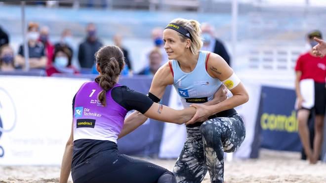 Laura Ludwig (blau) und Kira Walkenhorst (lila) nach dem Spiel
