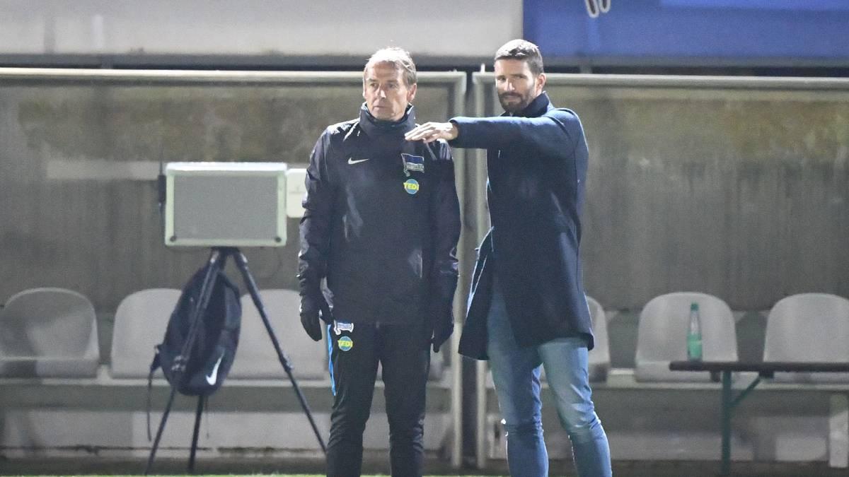 Arne Friedrich (r.) im Gespräch mit Jürgen Klinsmann