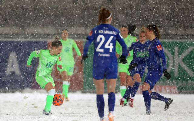 Die Spielerinnen des VfL Wolfsburg und von Turbine Potsdam fanden schwere Platzverhältnisse vor