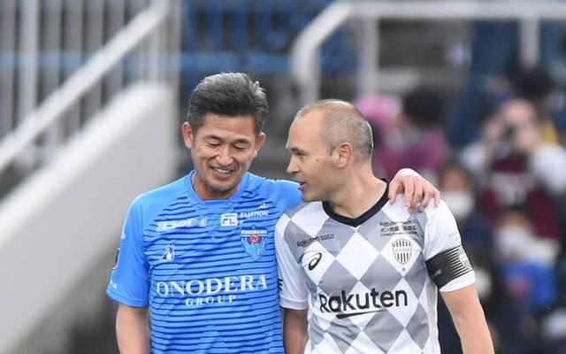Kazuyoshi Miura (l., mit Andres Iniesta) hat erneut einen Vertrag bei Yokohama unterschrieben