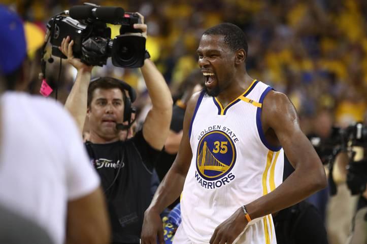 Am 12. Juni 2017 ist Kevin Durant am Ziel angekommen: Nach fünf Spielen krönen sich die Golden State Warriors gegen die Cleveland Cavaliers zum Champion. Für Durant ist es die erste Meisterschaft