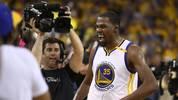 Kevin Durant ist am 12. Juni 2017 am Ziel: Nach fünf Spielen krönen sich die Golden State Warriors gegen die Cleveland Cavaliers zum Champion. Für Durant ist es die erste Meisterschaft